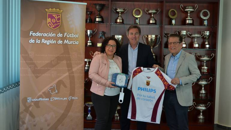 """El Ayuntamiento de Pliego recibe de la Federación Murciana de Futbol """"tres desfibriladores"""" para cubrir las instalaciones deportivas. (06/04/2017)"""
