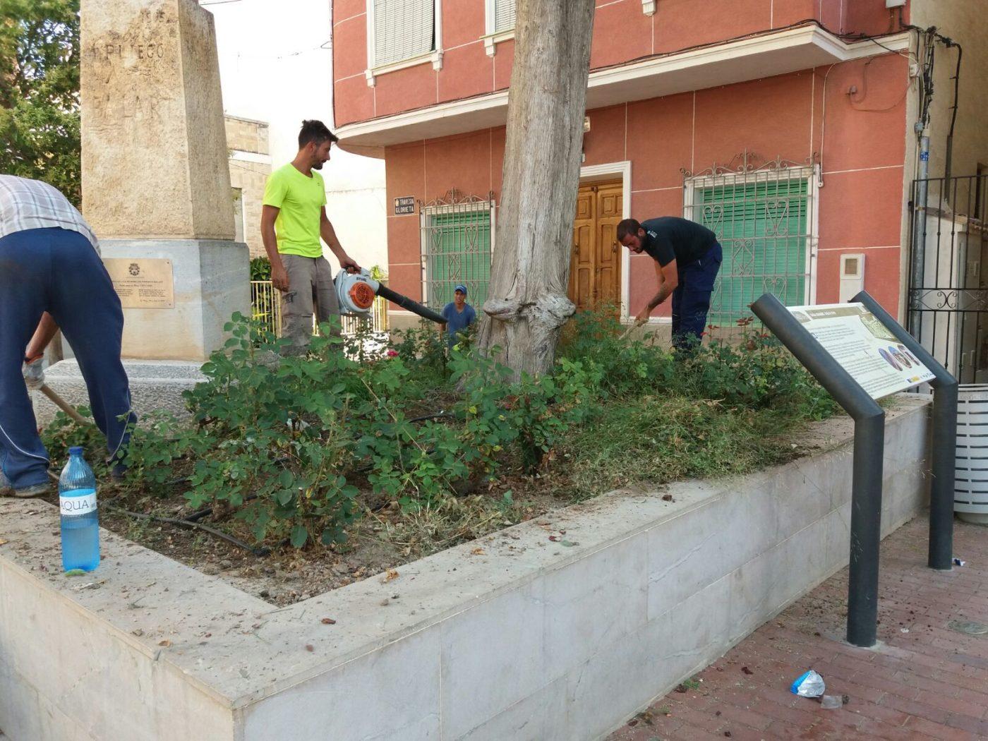 Inicio de los trabajos de limpieza en jardines y parques for Jardines y parques