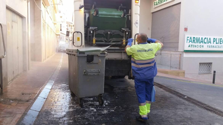 Limpieza de contenedores de basura en el casco urbano.