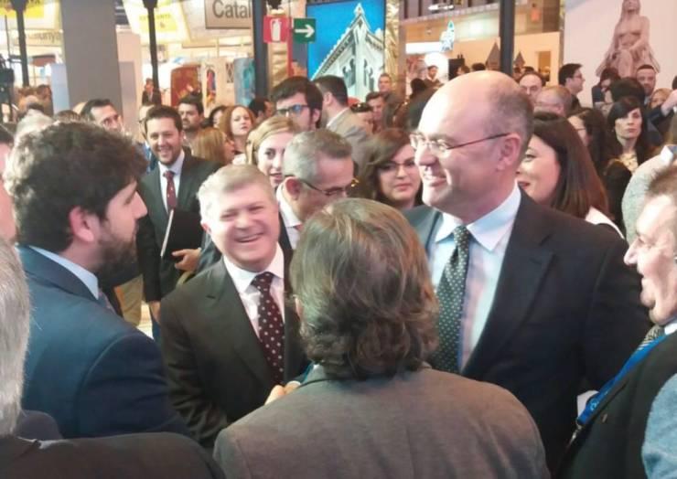 Encuentro en FITUR entre el alcalde de Pliego y el presidente de la Comunidad