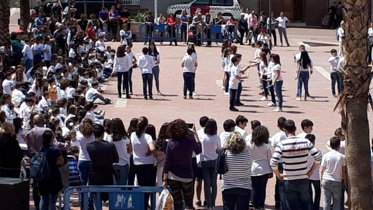Los bailes de los escolares plegueros con 'Musiqueando' ha llenado de alegría el jardín del Ayuntamiento