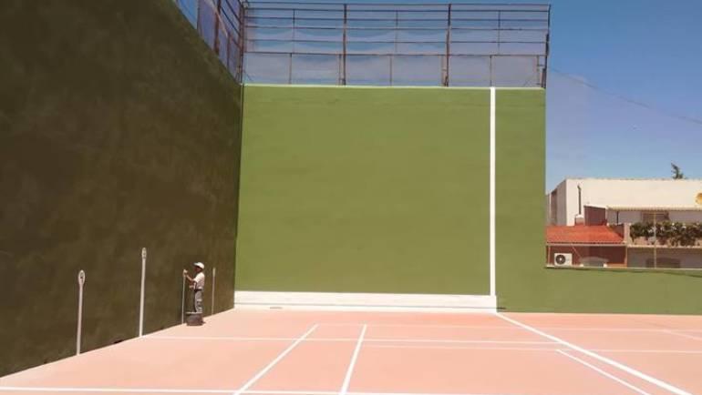 Mejoras en las instalaciones deportivas al restaurarse la pista de frontón y la próxima reparación del muro del polideportivo