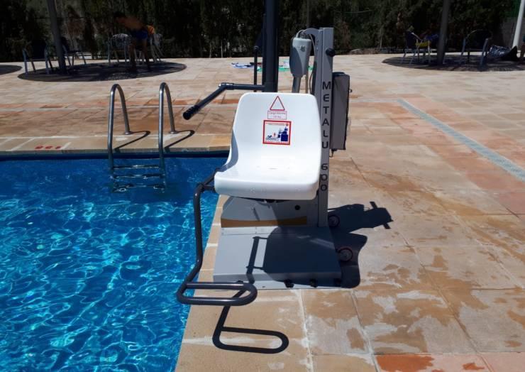 Se ha instalado en la piscina una silla de acceso para personas con movilidad reducida