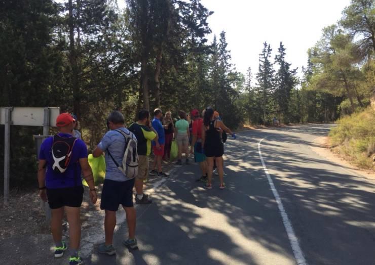 Más de 120 personas han colaborado esta mañana para mantener limpios los montes de Pliego.