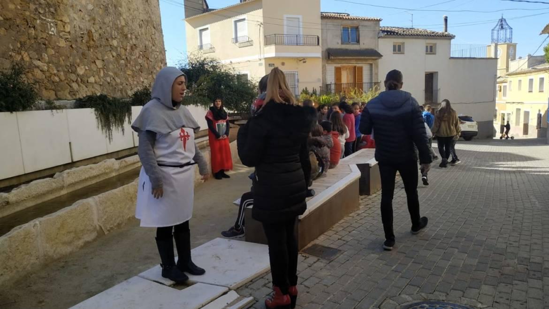 Los escolares de Pliego están realizando unas visitas guiadas teatralizadas por los lugares más emblemáticos del pueblo