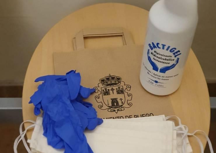 El Ayuntamiento reparte gel desinfectante, mascarillas y guantes a los comercios