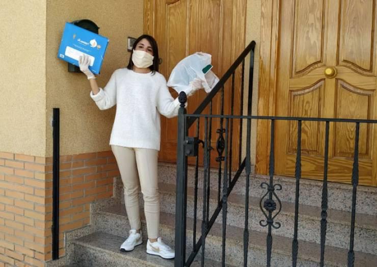 Reparto de libros y material para los alumnos del colegio Pascual Martínez Abellán