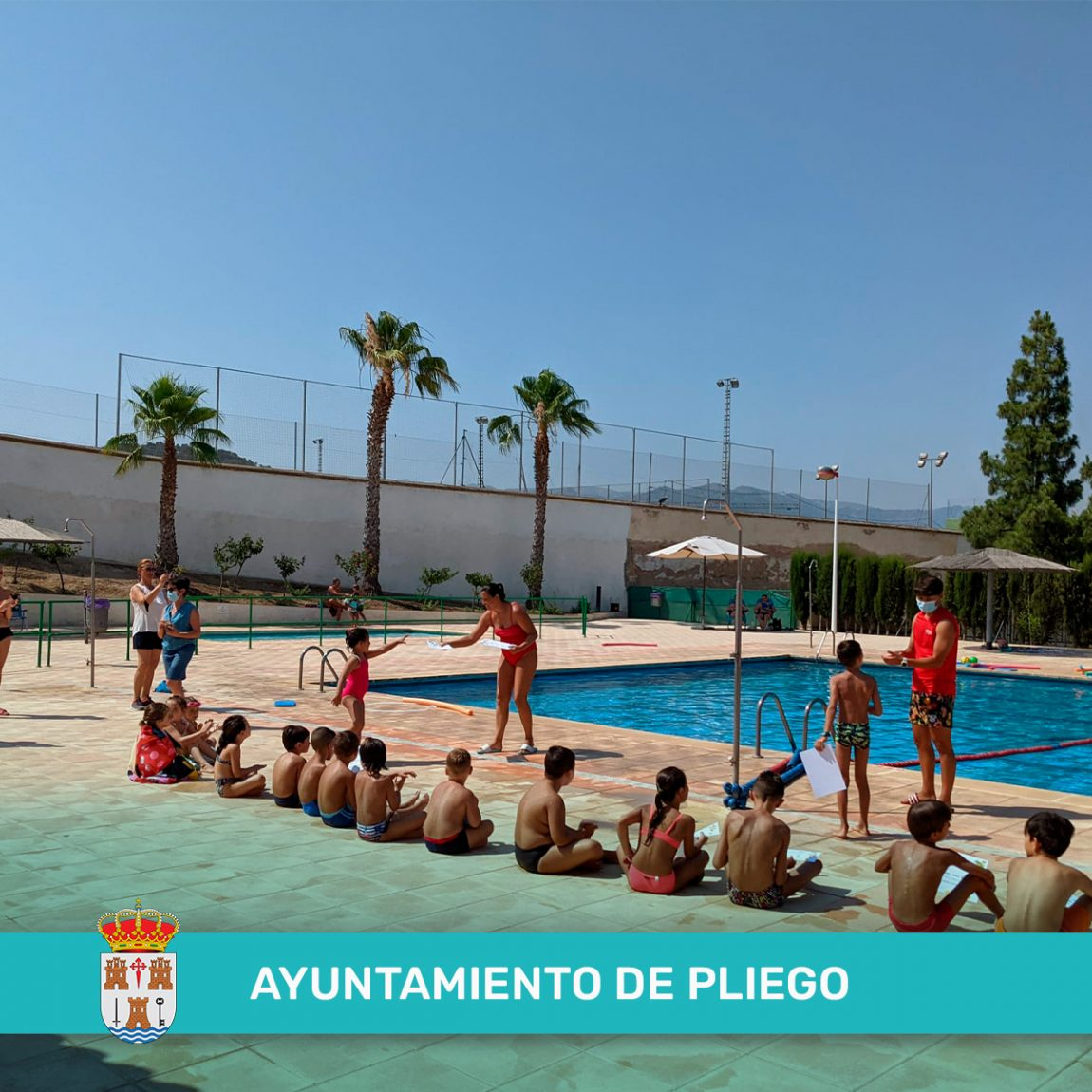 Entrega de diplomas de participación al primer turno de clases de natación